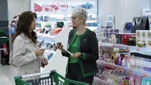 Imagen de la Perfumería de Mercadona, con una trabajadora y una clienta