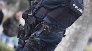 Dos agentes de la Policía Nacional por las calles de Madrid el 16 de diciembre de 2019