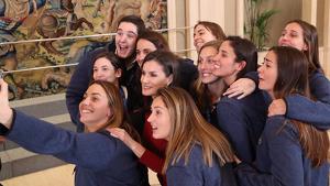La reina Letizia junto a las jugadoras de la selección española femenina de waterpolo en el Palacio de la Zarzuela el viernes 31 de enero de 2020