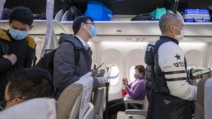 Viatgers xinesos amb mascaretes en un vol a la Xina el 8 de febrer de 2020