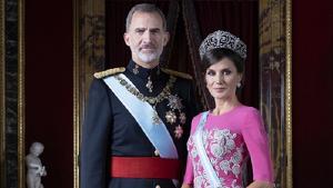El rey Felipe VI y la reina Letizia juntos en sus nuevas fotografías oficiales