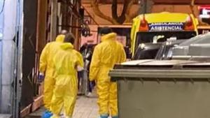 Sanitarios del Sacyl a las puertas del domicilio de la posible contagiada por coronavirus de Valladolid
