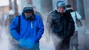 Imagen de unas personas pasando frío en la calle