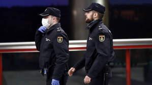 Policias con mascarillas de guardia por Madrid