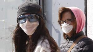 Dos personas paseando con masacrilla en Terrassa, Cataluña