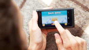 Fotografía de una persona jugando a 'Angry Birds'
