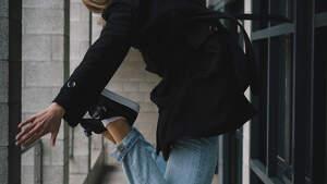 Mujer saltando con zapatillas