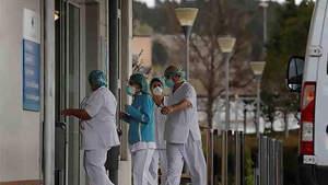 Personal sanitario en las puertas de Urgencias