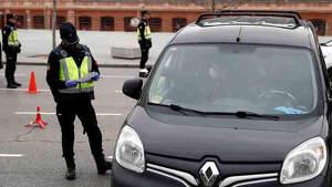 Varios agentes de la Guardia Civil junto a un vehículo