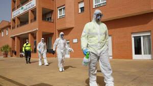La UME completando sus labores de desinfección en una residencia de ancianos de La Zumbia