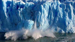 Grandes bloques de hielo caen sobre el Canal de los Témpanos en Santa Cruz, Argentina