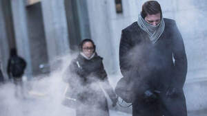Imatge de gent passejant pel carrer amb molt fred