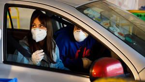Imagen de dos personas realizando un test rápido de coronavirus en coche