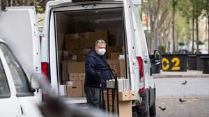 Un hombre protegido con mascarilla trabaja de repartidor durante el noveno día laborable desde que se decretó el estado de alarma