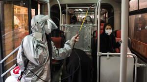 Imagen de un trabajador desinfectando un autobús durante la crisis del coronavirus