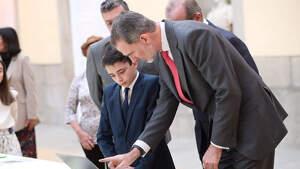 El rey Felipe VI junto a uno de los niños ganadores del concurso '¿Para qué sirve un rey?'. Lunes, 9 de marzo de 2020