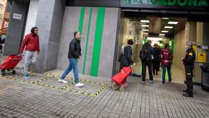 Entrada a un mercadona durante la crisis del coronavirus