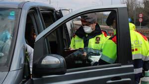 Momento en el que los Mossos imponen una sanción a los ocupantes de un coche