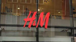 Escaparate y logo de una tienda H&M