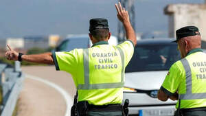 Dos guardias civiles paran a un coche que está circulando