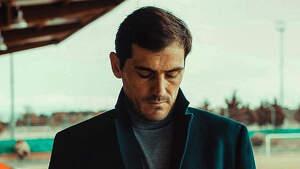 Iker Casillas serio escribiendo en su móvil