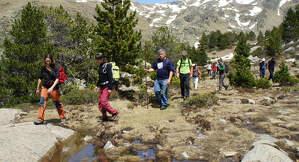 Imatge d'arxiu de visitants d'excursió pel Parc Natural de l'Alt Pirineu.