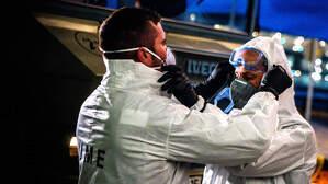 Efectivos de la UME desinfectando en el Prat