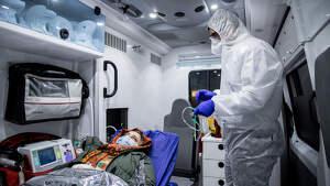 Traslado de un paciente con coronavirus de un hospital a otro en Iran