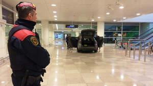Mossos d'Esquadra vigila el aeropuerto de Barcelona mientras sus compañeros continúan las diligencias