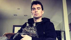 El actor Nicholas Tucci con su gato en el regazo