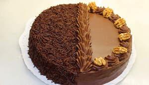 Imatge del pastís de trufa clara farcit de nata