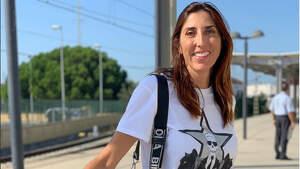 Paz Padilla en una estación de tren con una maleta