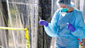 Personal médico realiza un test de coronavirus