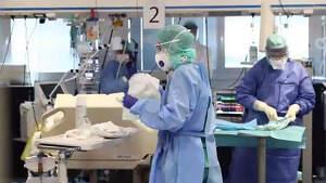 Sanitarios en la UCI de un hospital