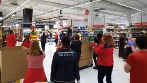 Trabajadores de Carrefour de Barberá del Vallés bailando al ritmo de 'Resistiré', 18 de marzo de 2020