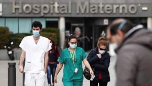 Imagen de unos médicos saliendo de un hospital en España