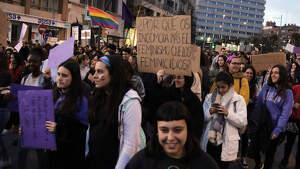 Pla obert d'un dels cartells reivindicatius que duia una participant a la manifestació
