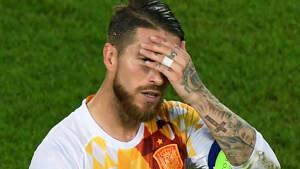 Sergio Ramos llevándose la mano a la cara
