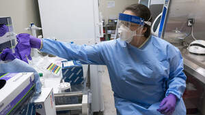 Microbiòloga de Texas fent proves contra el covid-19 el 6 de març de 2020