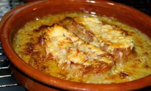 Imatge d'una sopa de ceba al forn