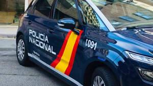 Vehículo de la Policía Nacional estacionado frente a una comisaría superior de Navarra