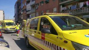 Varias ambulancias en la calle Miguel de Unamuno de Fuenlabrada (Madrid).
