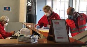 Voluntaris de Creu Roja amb mascareta