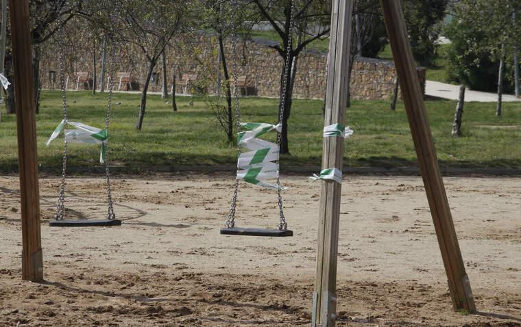 Terrassa desinfecta parcs i persones en un nou dia de confinament