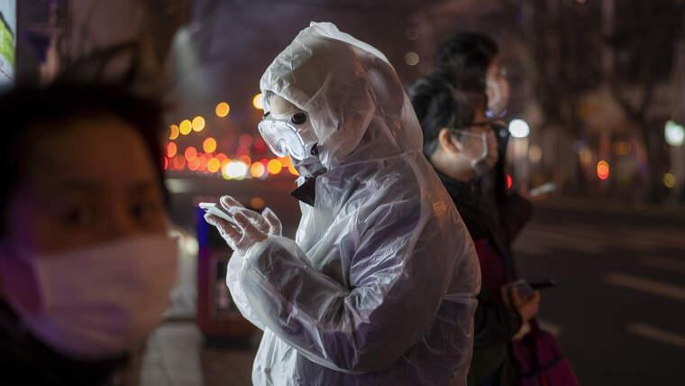 Una dona amb roba de protecció contra el coronavirus a Xangai el 26 de febrer de 2020