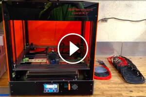 Una de les impressores 3D de Família Torres que es dedica ara a la fabricació de material sanitari