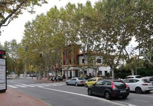 Un cotxe circulant per la plaça del Pi de Bellaterra