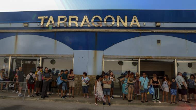 Creueristes esperant per desembarcar a Tarragona.