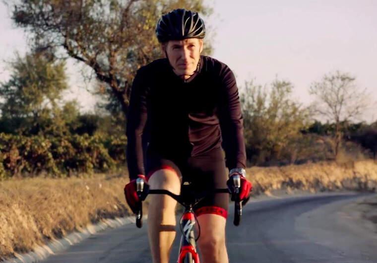 Miquel Torres Maczassek en bicicleta per una carretera del Penedès