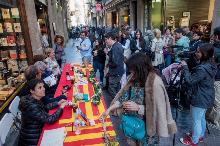 Signatures de llibres per Sant Jordi a Galatea Reus, l'any passat.